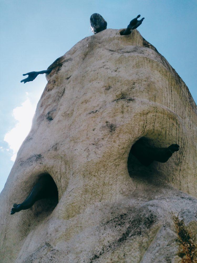 """Скульптура: """"Воскресение"""". Тугаринов Д. Н. 2000, известняк, металл"""
