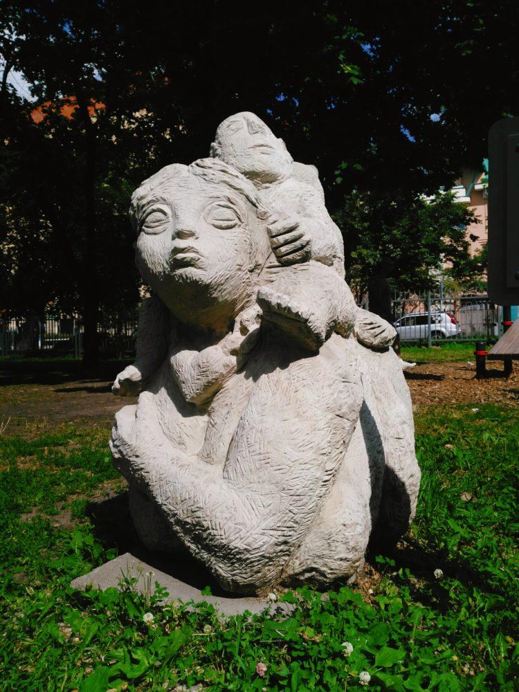 """Скульптура: """"Мамка, кот и лялька"""". Следаков А. Е. 2008, известняк"""